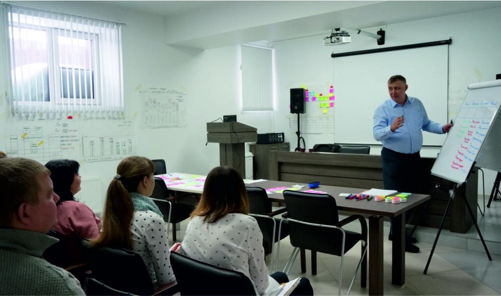 Обучение принципам бережливого производства проводит консультант Сергей Евсеев