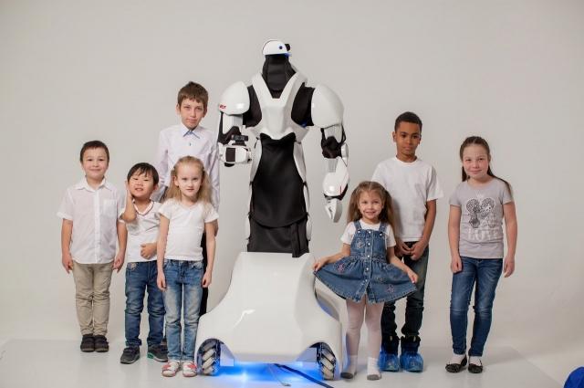 Двухметровый робот умеет общаться и может показать дорогу.