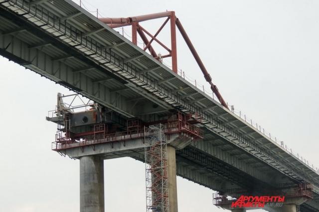 Готовность конструктива автомобильного моста близится к ста процентам.