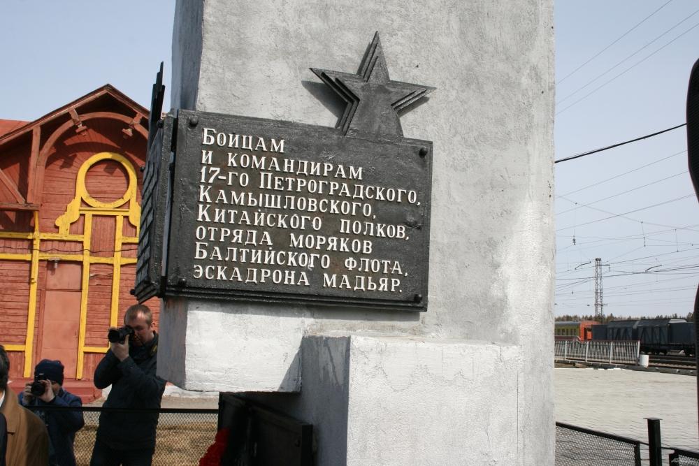 Памятник погибшим красноармейцам был установлен в 1988 году.
