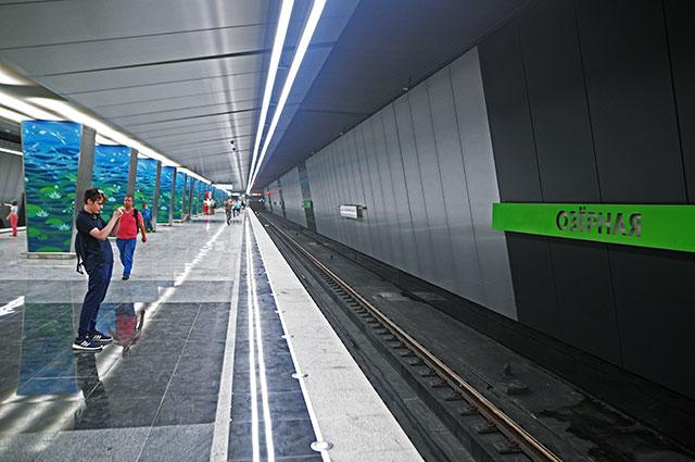 Пассажиры настанции «Озерная» Калининско-Солнцевской линии Московского метрополитена.