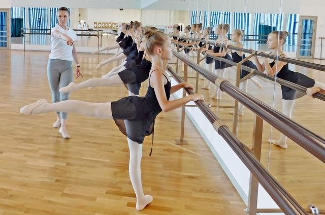 Бальные танцы - одна из любимых дисциплин в пансионе.
