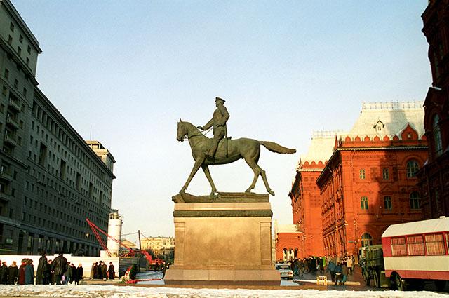 Памятник Георгию Константиновичу Жукову установлен в Москве на Манежной площади 8 мая 1995 г.