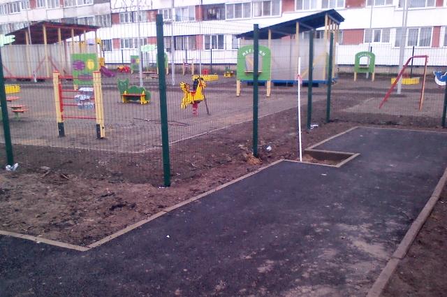 Игровые площадки и спортивные зоны расположились с южной стороны здания.