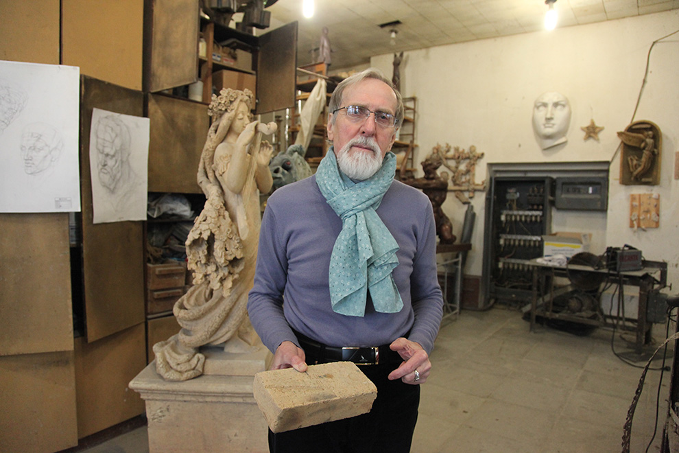 Юрий Борисенков любит работать с шамотом.