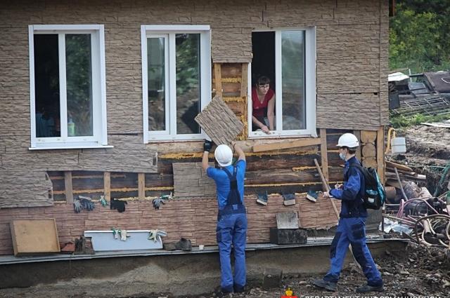 В Нижних Сергах уже восстанавливают жильё, пострадавшее от  водной стихии.
