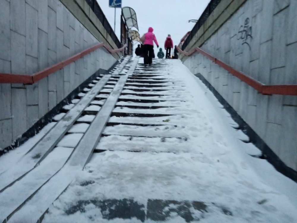Так утром выглядела лестница подземного перехода на Теплотехническом институте.