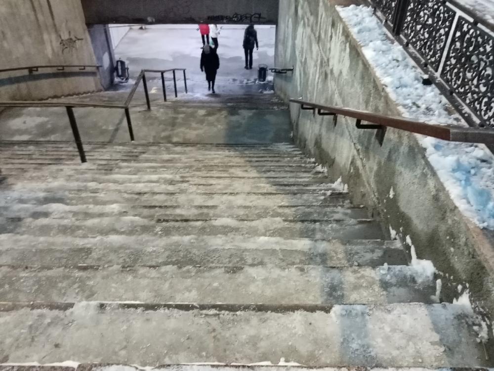 Лестница перехода на площади Революции вечером 27 октября.