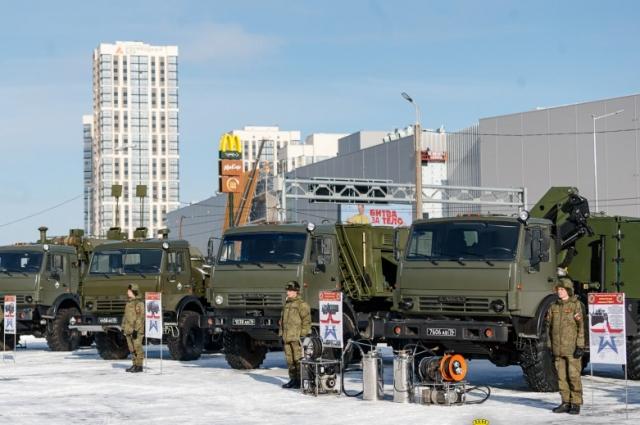 Каждый день солдаты наблюдают, как растёт за забором гигантский торговый центр «Veer Mall».