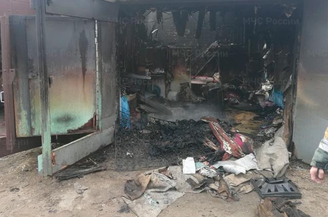 Пострадали не только вещи внутри гаража, но также сгорели крыша строения.