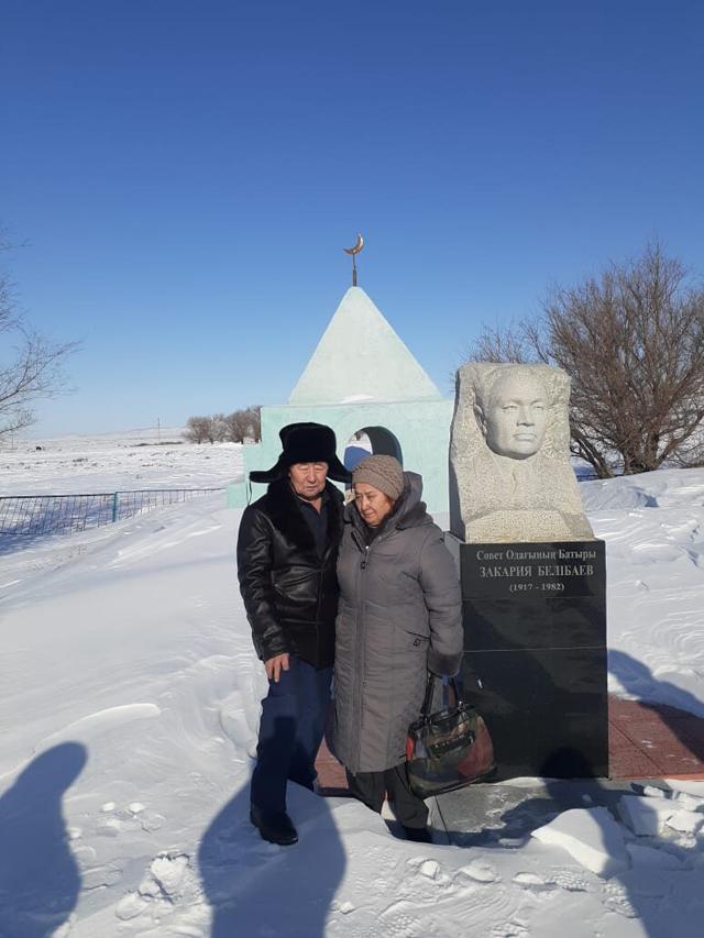 Ольга Еребекова сдвоюродным братом Айбеком умогилы героя Советского Союза Закарии Белибаева.