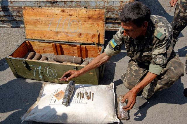 Украинский военный у боеприпасов времён Второй мировой войны
