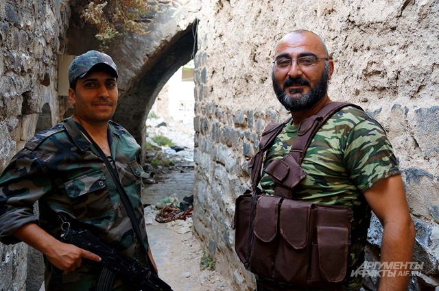 Солдаты сирийской армии, прочёсывающие кварталы Старого Хомса