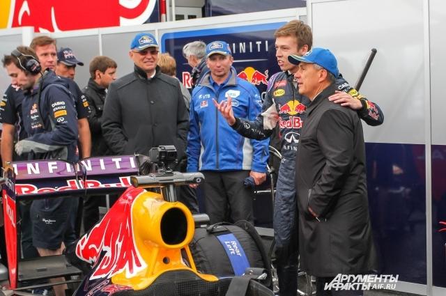 Президент с самым известным автогонщиком Даниилом Квятом.