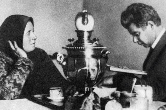 Сергей Есенин с матерью
