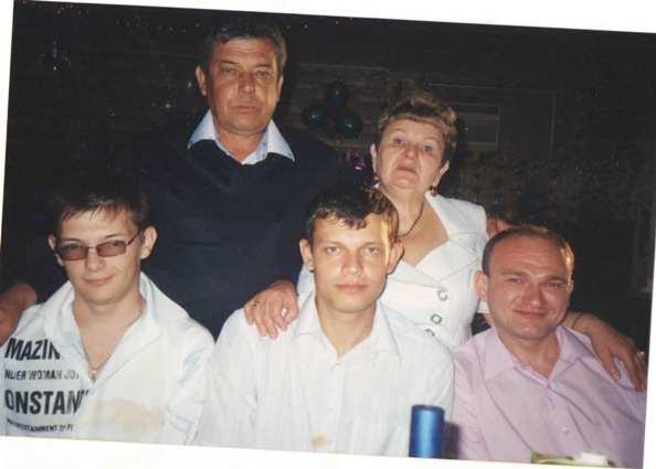 Евгений Шелковников (в центре) в кругу семьи. Слева его младший брат Александр.