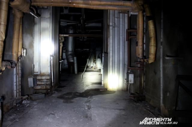 Часть маршрута по цеху проходит в полной темноте.