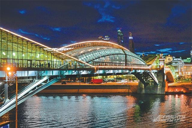 В городе провели большую работу по световому оформлению мостов. 22 объекта заново оборудованы архитектурно-световой подсветкой. Установлены светодиодные светильники, которые изготовлены в России и по энергопотреблению в 2,5 раза более эффективны, чем энергосберегающая подсветка.