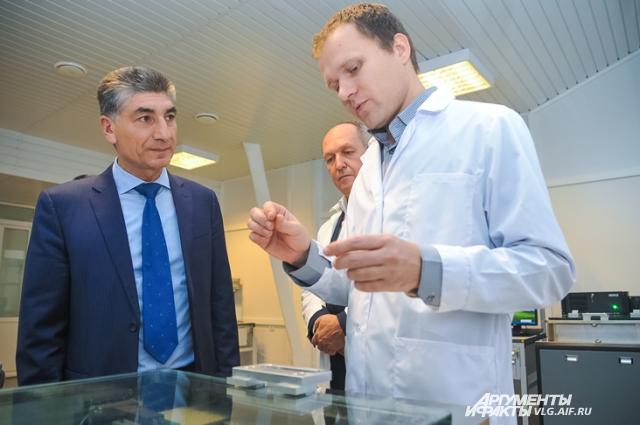 Главу профильного ведомства Романа Бекова знакомят с перспективными разработками волжан.