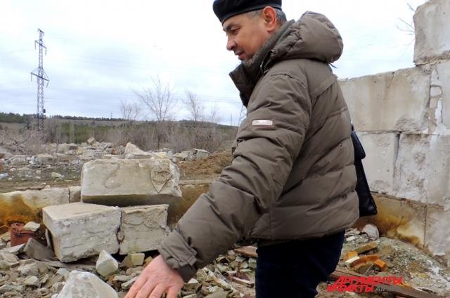 Абай Ажгалиев показывает участок, который ему выделили власти Волгограда как многодетному отцу.