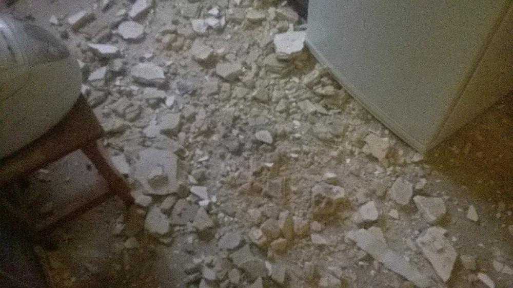 Куски штукатурки обрушились на жильцов.