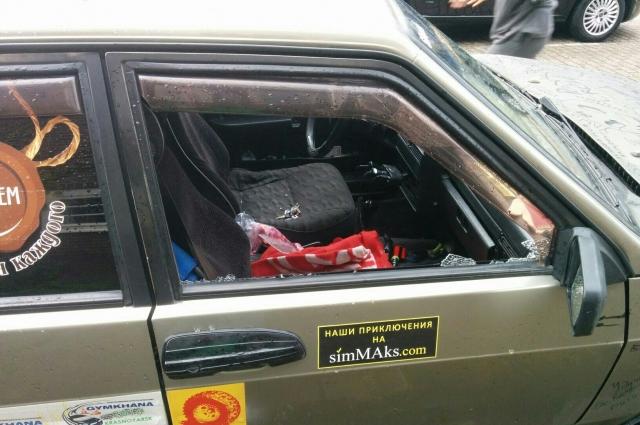 В Амстердаме неизвестные разбили стекло машины и украли смартфон.