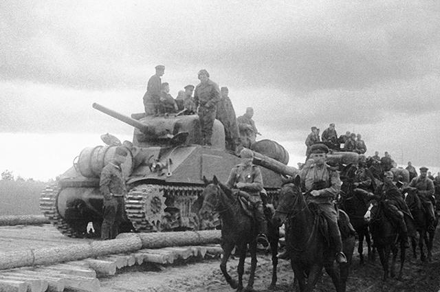 Подразделение кавалерии и танковая часть Юго-Западного фронта на американских танках «Шерман», поставленных по ленд-лизу, 1943 г.