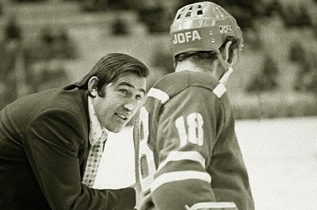 Тренер хоккейной команды ЦСКА Анатолий Фирсов дает последние наставления перед началом матча, 1975 год
