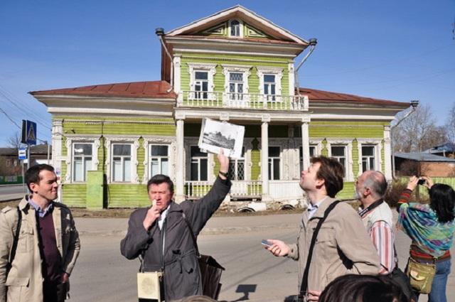 На экскурсии у дома Засецких.