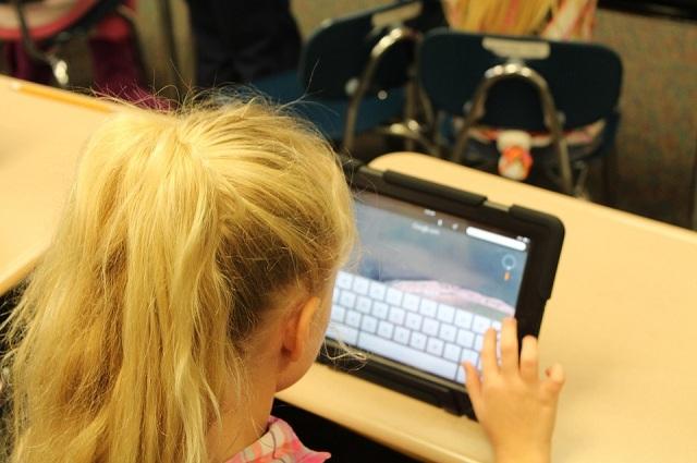Ребенок за компьютером.