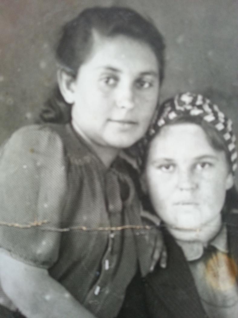 Анна Зеленчук (слева) до войны.