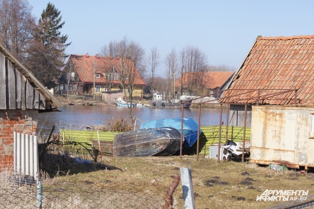 Вдоль широкого канала в Матросово - живописные немецкие домики с черепичными крышами, возле каждого сушится лодка.