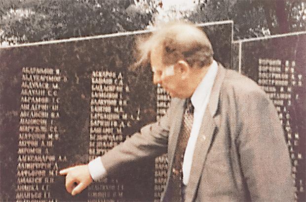 У стелы со списком захороненных в братской могиле. 2003 год.