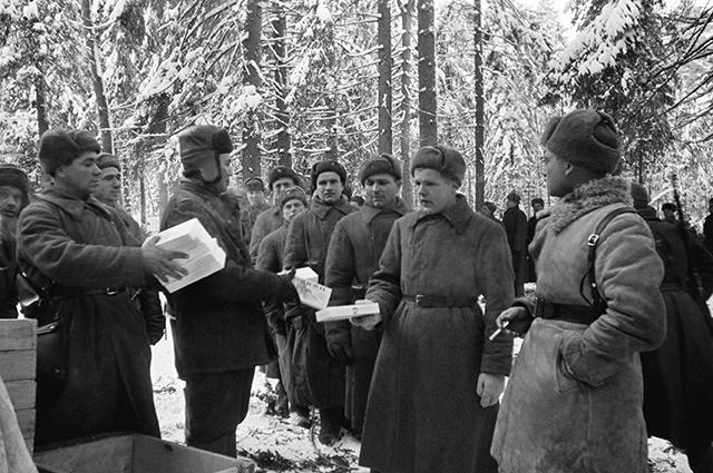 Шефы - трудящиеся Казахстана привезли новогодние подарки в 8-ю гвардейскую имени И.В.Панфилова стрелковую дивизию. 1 января 1942 г.