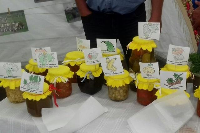 Крестьянско-фермерские хозяйства представили на выставке свою продукцию, которую можно было попробовать и приобрести.