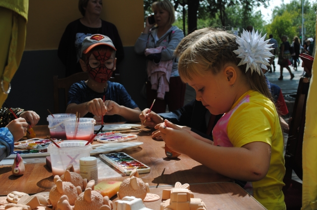 Раскрасить своими руками глиняную игрушку мог каждый - и маленький, и взрослый.