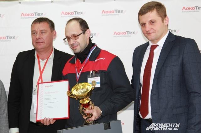 Директор РЭРЗа Адель Мустафин вручил Кубок лучшему работнику Николаю Волкову.