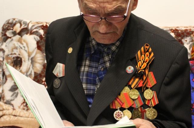 Свои воспоминания ветеран записывает в большую тетрадь.
