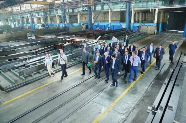 Гости посетили три предприятия: ЗАО «Курганстальмост», ООО «Курганхиммаш» и ПАО «Курганмашзавод».