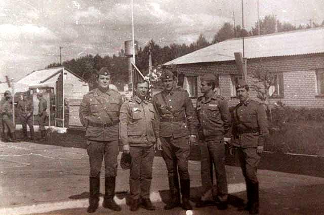 Группа ликвидаторов возле поста у въезда в Чернобыльскую АЭС.
