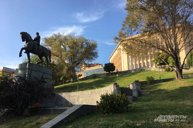 Статуя Маршала Баграмяна и американский университет.