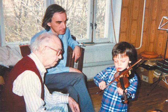 «В детстве мне автоматически дали вруки скрипку: со стороны отца унас все скрипачи». Отец (Александр Ревич)– вголубой рубашке.