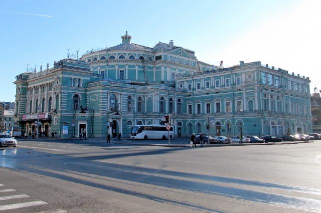 За свою долгую историю театр не раз менял имена, успев побывать и Большим, и Театром-цирком, и - после революции - Кировским, и перестраивался.