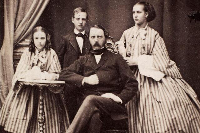 Король Дании Кристиан IX c дочерьми, Дагмарой (будущей императрицей Марией Федоровной) и Александрой, и сыном принцем Вильгельмом.