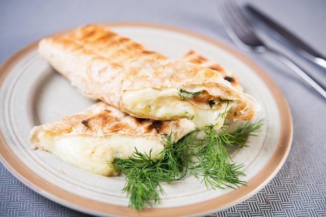 Хрустящий лаваш с говядиной и острым сыром