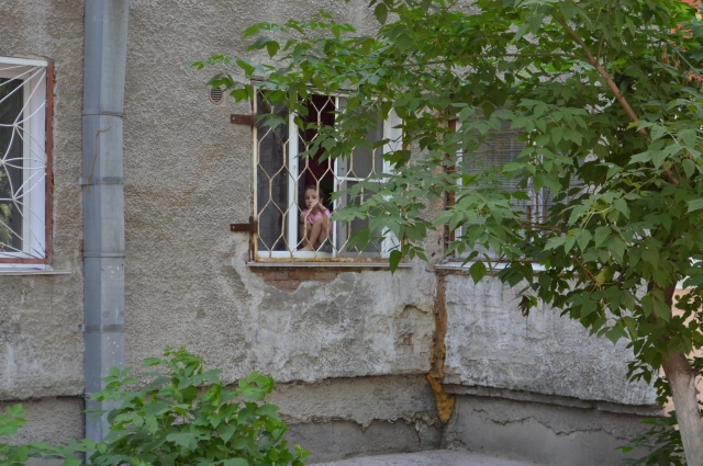 Один из способов обезопасить окно — установить на нём решётки.