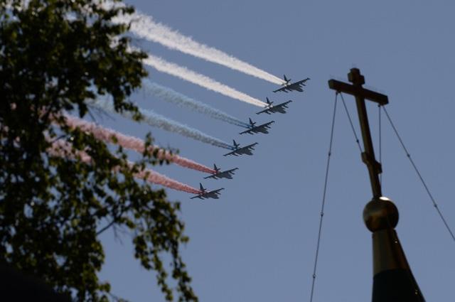 Бомбардировщики Су-24М пролетают над Красной площадью во время военного парада на Красной площади, посвящённого 69-й годовщине Победы в Великой Отечественной войне