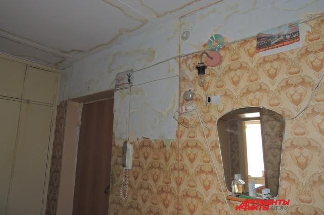 Квартиру ветерана затопило год назад
