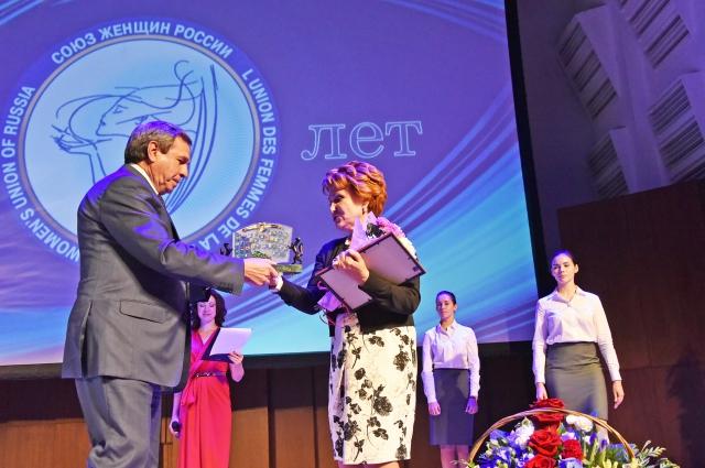 Губернатор области вручил женщинам памятные знаки и почётные грамоты