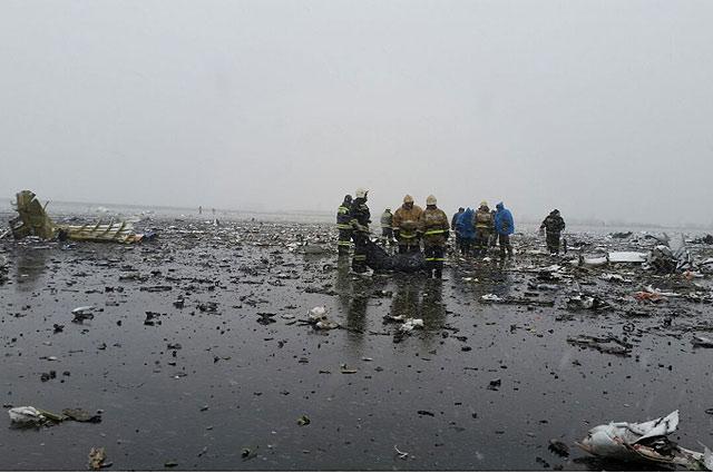Спасатели на месте катастрофы Boeing-737-800 в аэропорту Ростова-на-Дону.